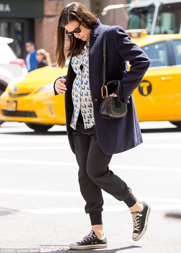 33B84E9000000578 0 Keeping it casual She finished her relaxed look off with a pair m 106 1462132637608